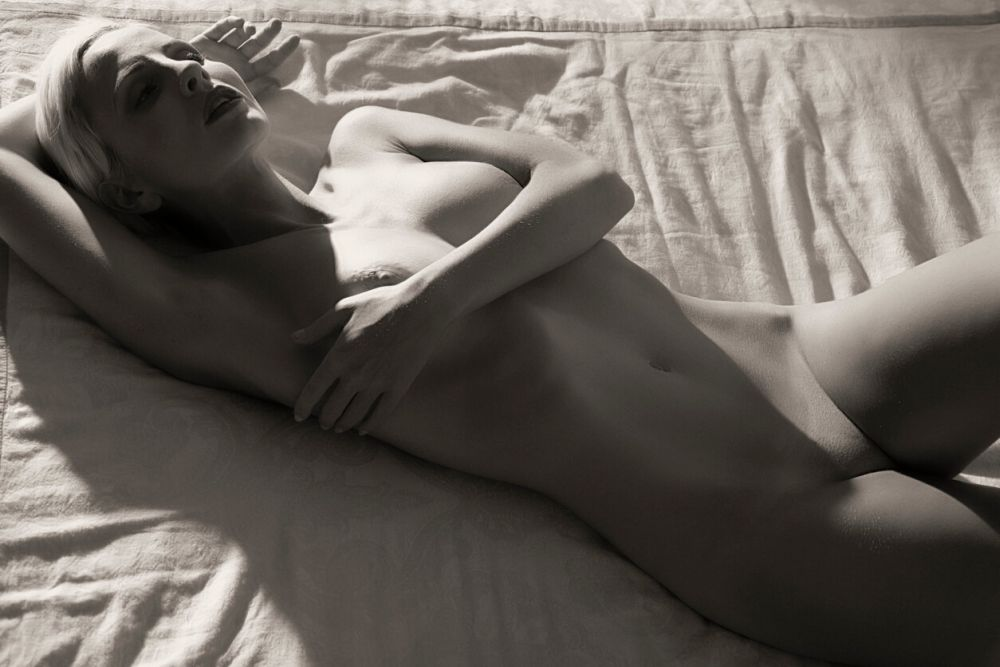 Photos Nude woman on the bed